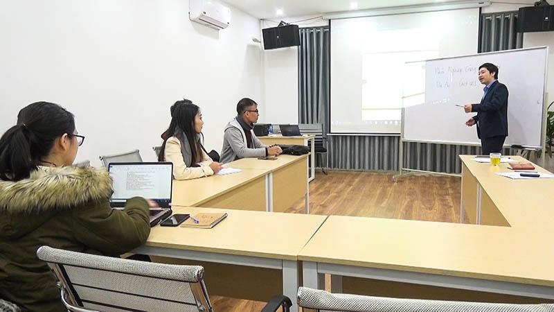 CEO Đỗ Mạnh Hùng hướng dẫn đội GET INS