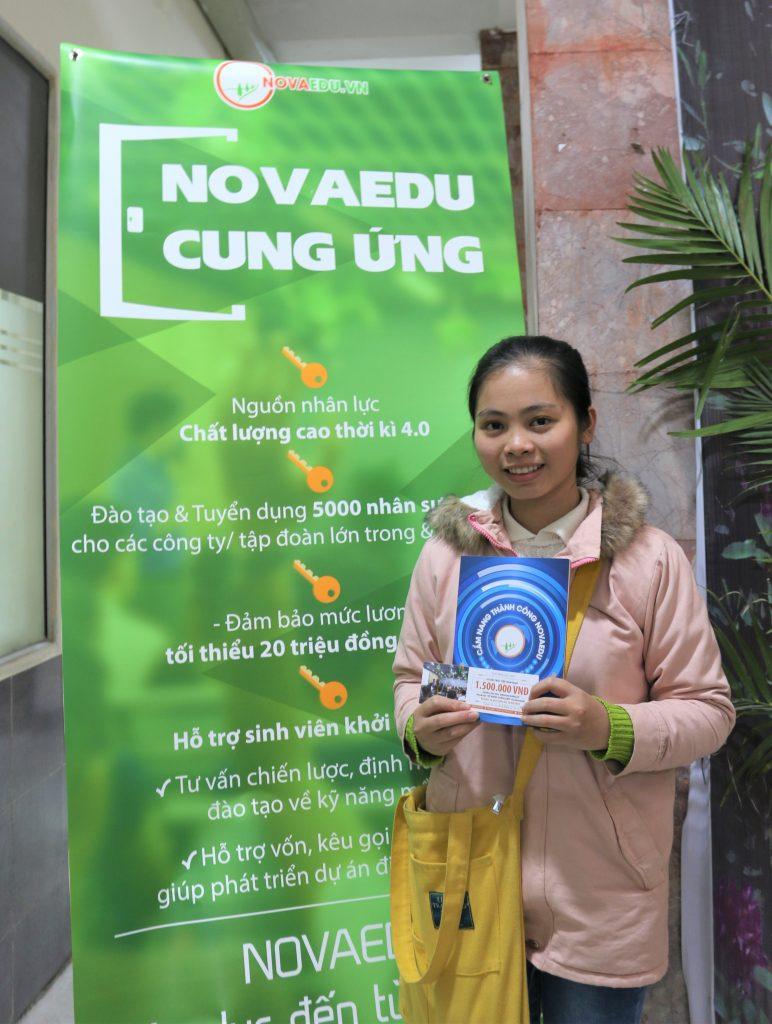 Sinh viên năm nhất Nguyễn Thị Xinh vui mừng khi được nhận voucher ưu đãi và cuốn Cẩm nang thành công của Novaedu.