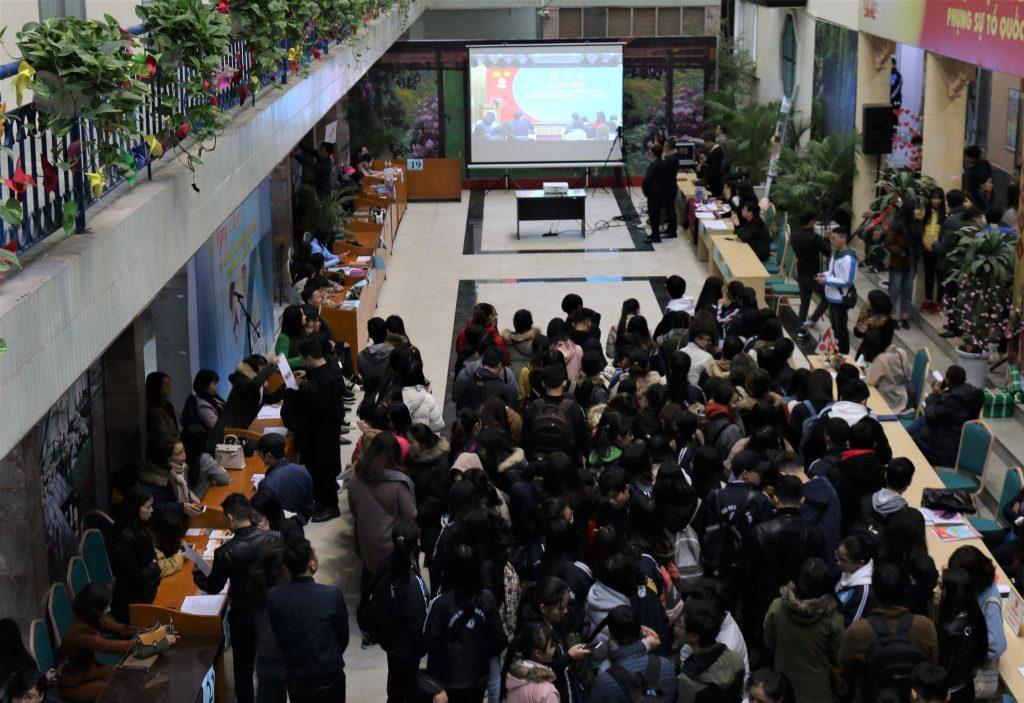 Rất đông sinh viên tham dự Ngày hội tư vấn và giới thiệu việc làm.