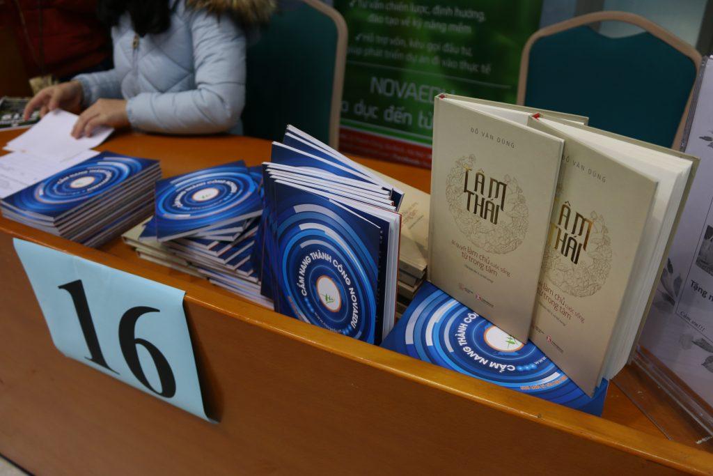 Nhiều bạn sinh viên tìm đến gian hàng của Novaedu để nhận tư vấn việc làm.