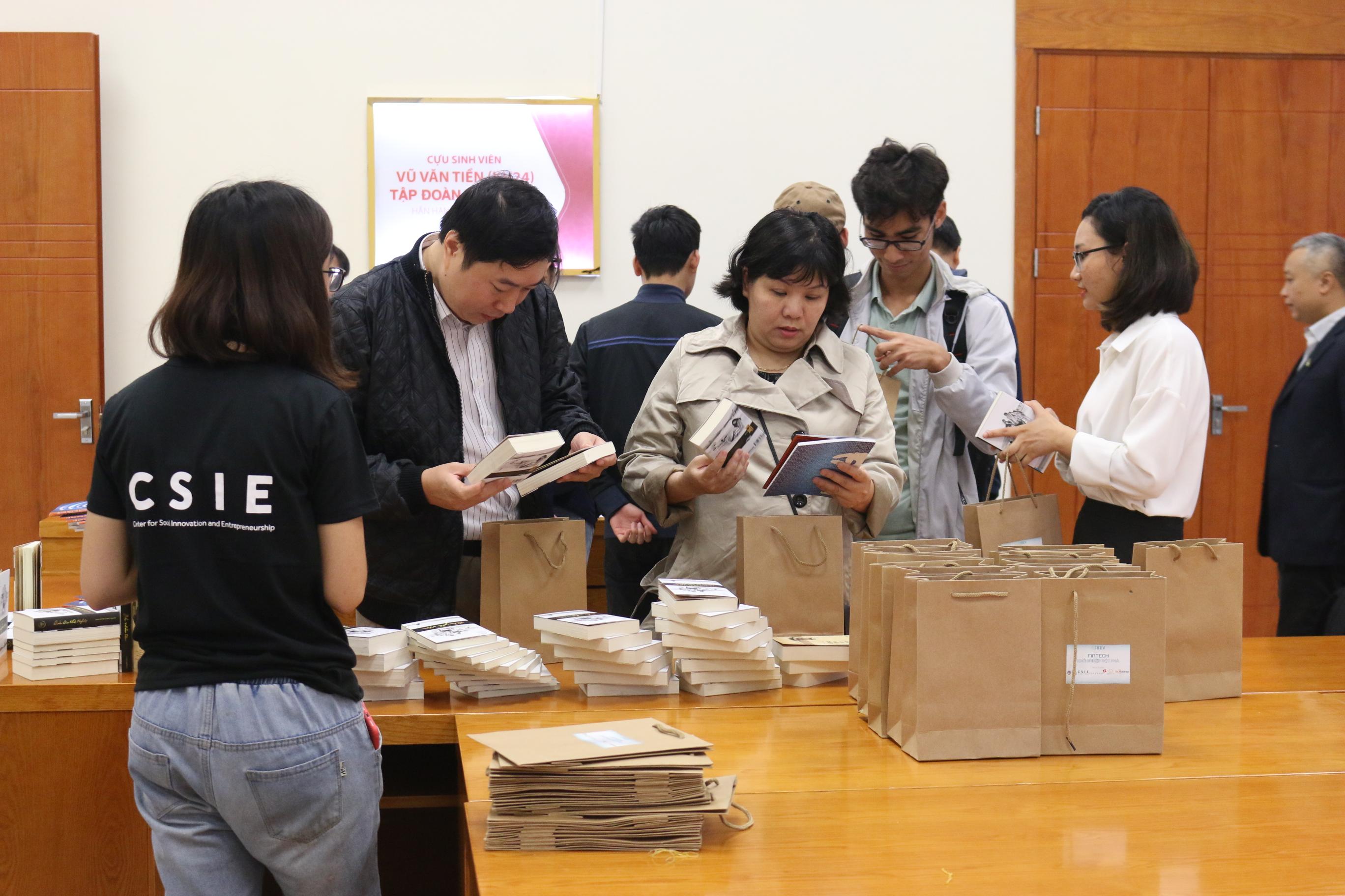 Tập đoàn Trung Nguyên và NovaEdu đã có những phần quà ý nghĩa dành cho các khách mời tham dự Hội thảo.