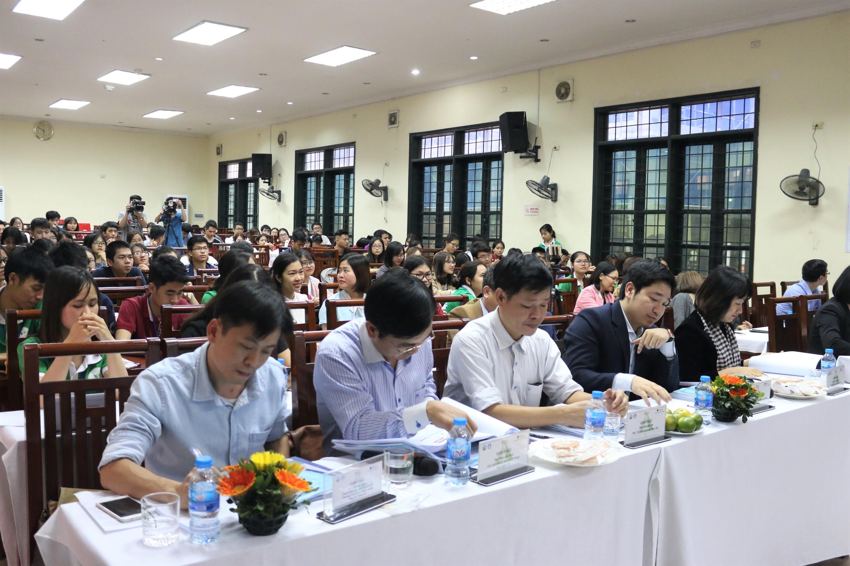 Gần 200 sinh viên trường Đại học Dược Hà Nội hào hứng quan tâm tới đêm chung kết Khởi nghiệp Dược.
