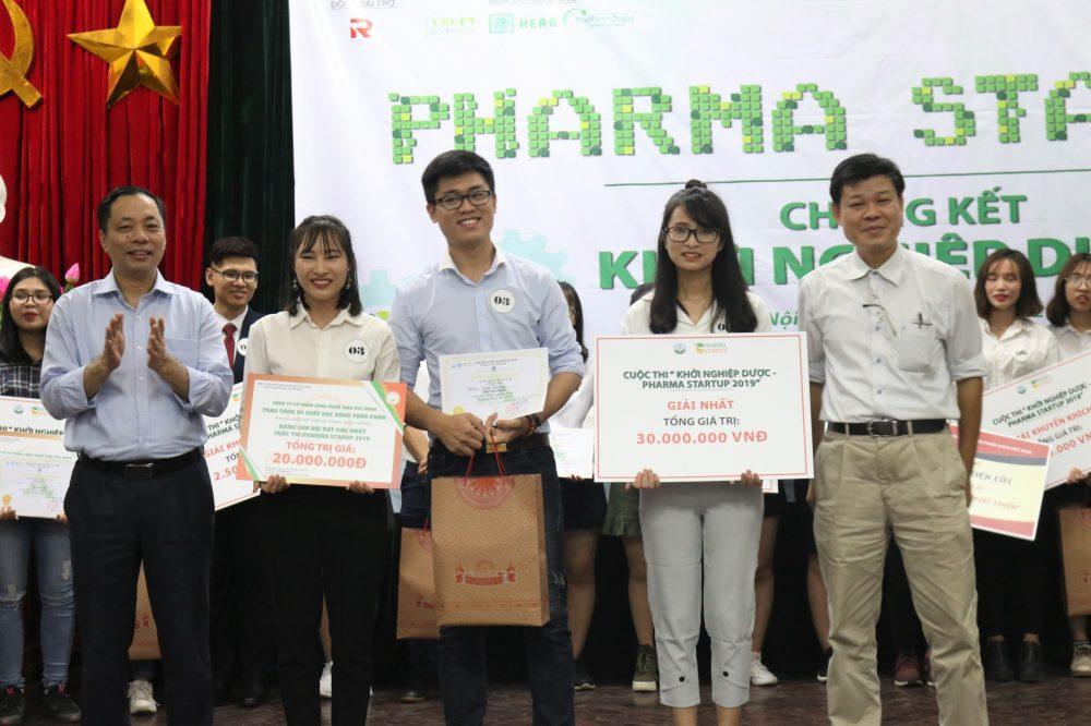 Đội Cenvi với dự án Lipbalm – Son dưỡng phục hồi tái tạo môi chiết xuất từ rau má đã xuất sắc giành giải nhất.