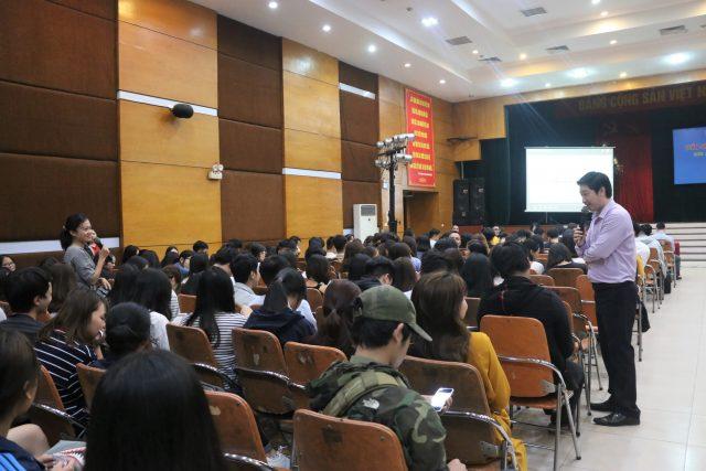 Doanh nhân Đỗ Mạnh Hùng trao đổi với bạn sinh viên về những mong muốn sau khi ra trường đi làm.
