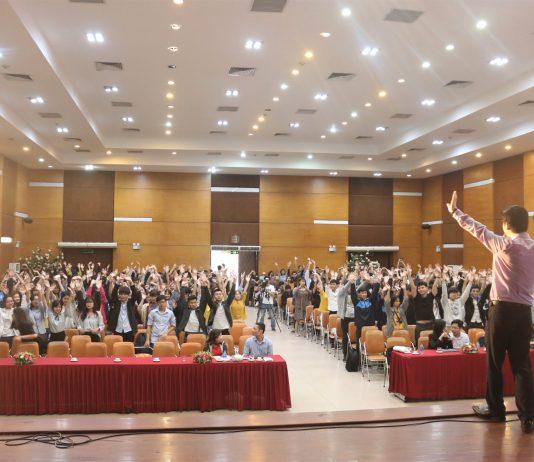 Khoảng 400 sinh viên được lắng nghe những lời chia sẻ quý báu từ doanh nhân Đỗ Mạnh Hùng.