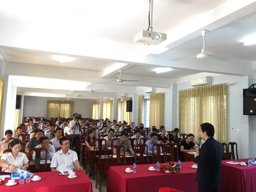Chuyên gia - CEO Đỗ Mạnh Hùng chia sẻ về kỹ năng hỗ trợ khởi nghiệp cho HSSV với cán bộ giáo viên tỉnh Đắk Lắk.