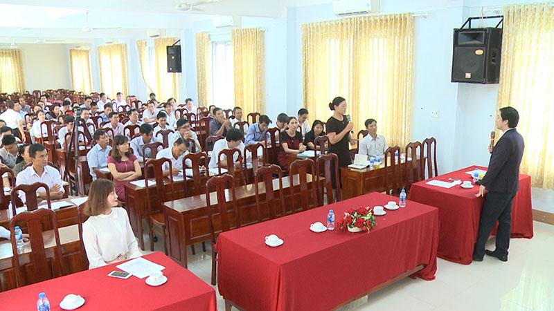Các thầy cô giáo sôi nổi tham gia thảo luận về hỗ trợ khởi nghiệp cho học sinh THPT