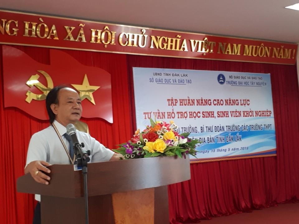Hiệu trưởng trường Đại học Tây Nguyên phát biểu trong buổi tập huấn của Sở GD&ĐT tổ chức tại đơn vị này.
