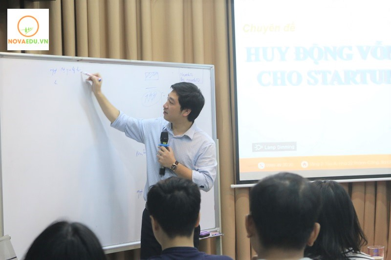 Trực tiếp đào tạo khóa trong buổi học đầu tiên là chuyên gia Đỗ Mạnh Hùng – Tổng Giám Đốc NOVAEDU