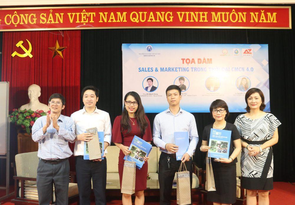Các vị khách mời nhận quà lưu niệm từ ban tổ chức.
