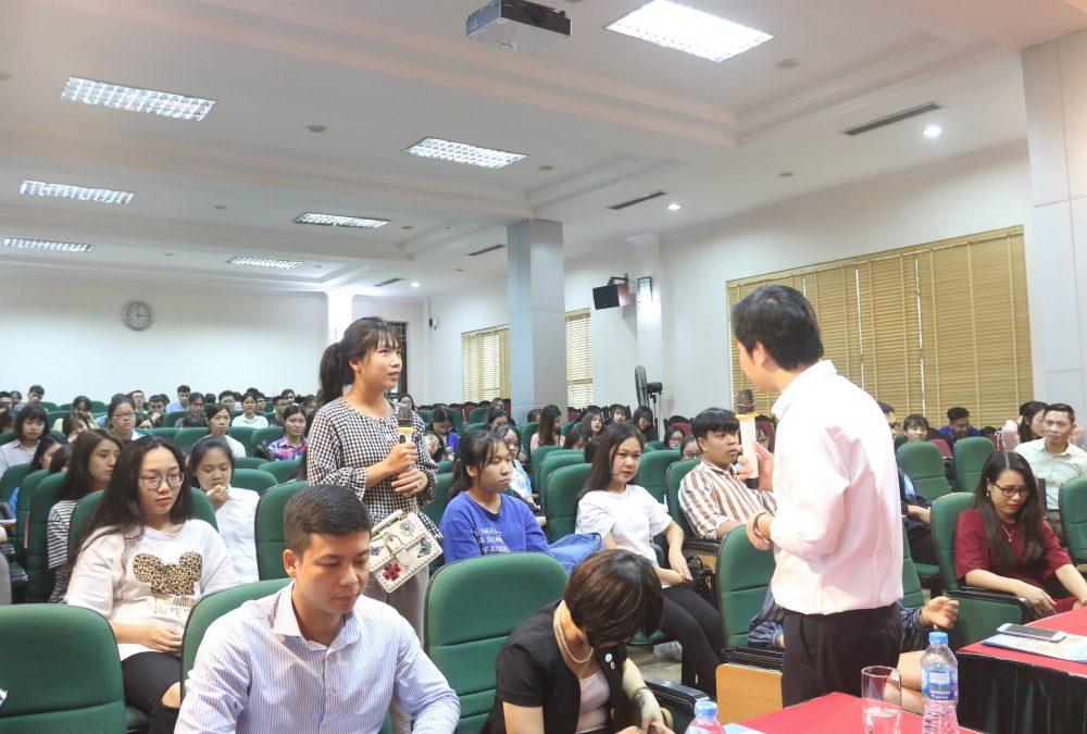 Một bạn sinh viên đưa ra những trăn trở của mình về ngành Sales & Marketing với chuyên gia Đỗ Mạnh Hùng.