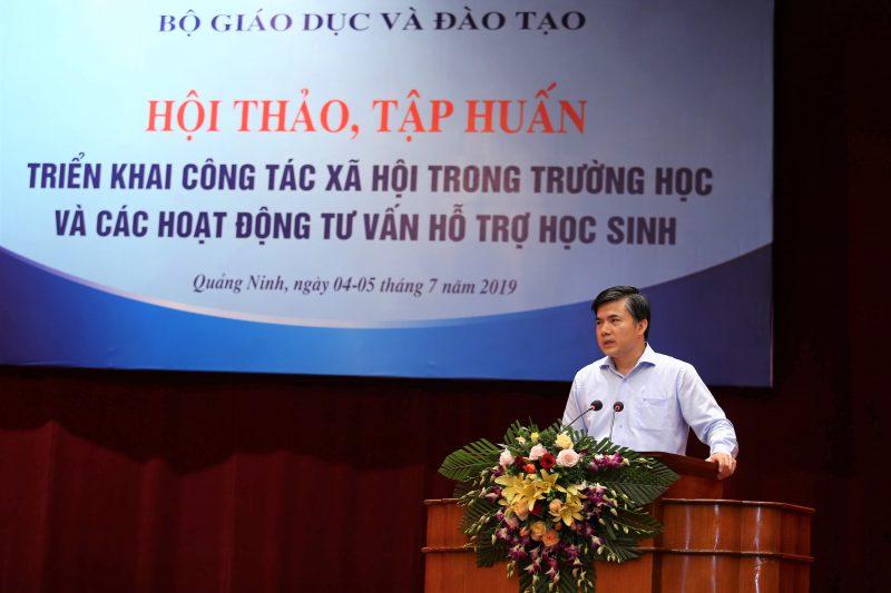 Ông Bùi Văn Linh, Phó Vụ trưởng Phụ trách Vụ Giáo dục chính trị học sinh, sinh viên phát biểu tại Hội thảo, tập huấn triển khai công tác xã hội trong trường học và các hoạt động tư vấn hỗ trợ học sinh.