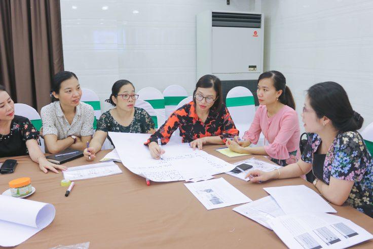 Đại diện các sở giáo dục chăm chú lắng nghe và thảo luận về vấn đề khởi nghiệp ở học sinh.