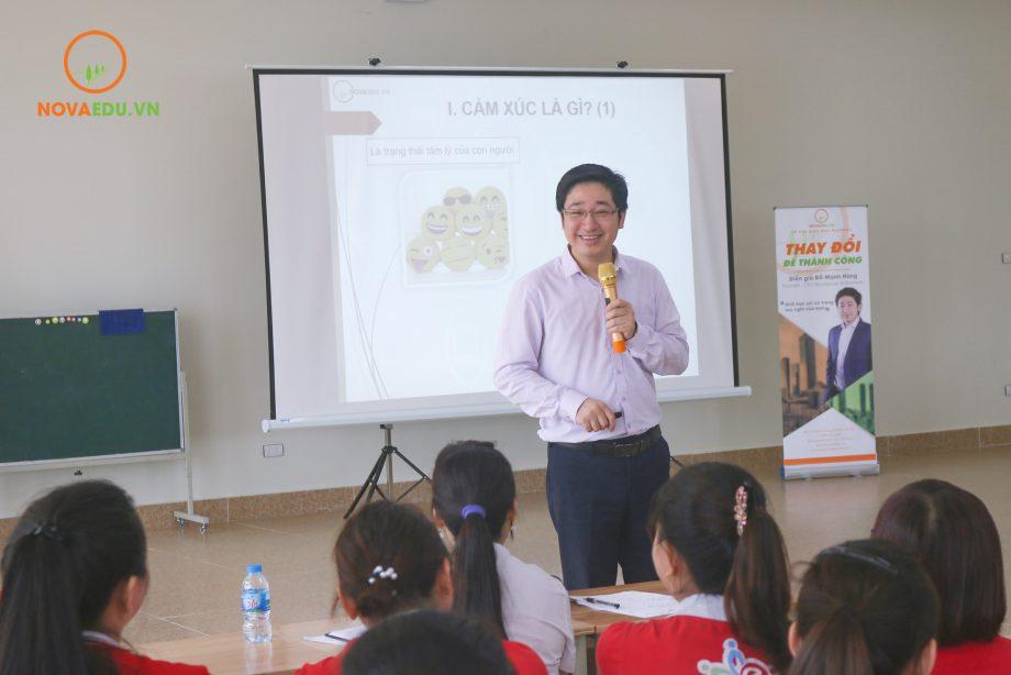 Ông Đỗ Mạnh Hùng - Tổng giám đốc Novaedu đào tạo cho cán bộ giáo viên HL Group về chuyên đề Bí quyết làm chủ cảm xúc.