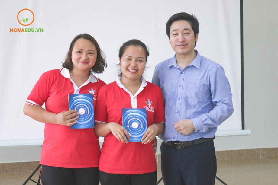 """Các học viên may mắn được ông Đỗ Mạnh Hùng tặng cuốn """"Cẩm nang thành công"""" của Novaedu."""