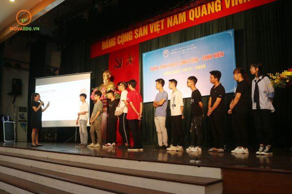 Phần tương tác của bà Trần Phương với các em tân sinh viên Trường Đại Học Mở Hà Nội.