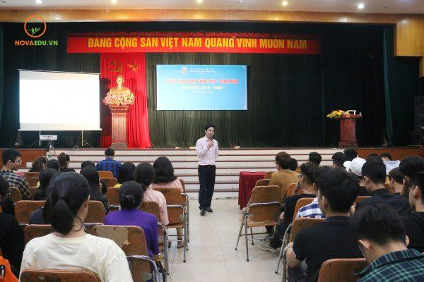 Chuyên gia Đỗ Mạnh Hùng chia sẻ nội dunghướng dẫn sinh viên tham gia các hoạt động của Đề án Hỗ trợ học sinh sinh viên khởi nghiệp.