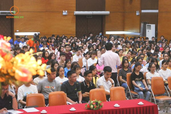 Hàng nghìn tân sinh viên Trường Đại học Mở Hà Nội tham gia Tuần sinh hoạt công dân - sinh viên. Nội dung chia sẻ của chuyên gia Đỗ Mạnh Hùng nhận được nhiều sự hưởng ứng của các em sinh viên.