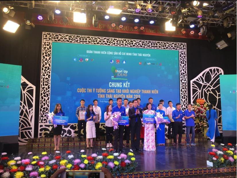 Ban tổ chức trao giải cho những các nhân, tập thể có kết quả xuất sắc nhất