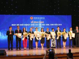 Ông Đỗ Mạnh Hùng - Tổng giám đốc Công ty CP Công nghệ giáo dục Nova cùng các đơn vị tại trợ và đồng hành được Bộ giáo dục trao giấy chứng nhận.