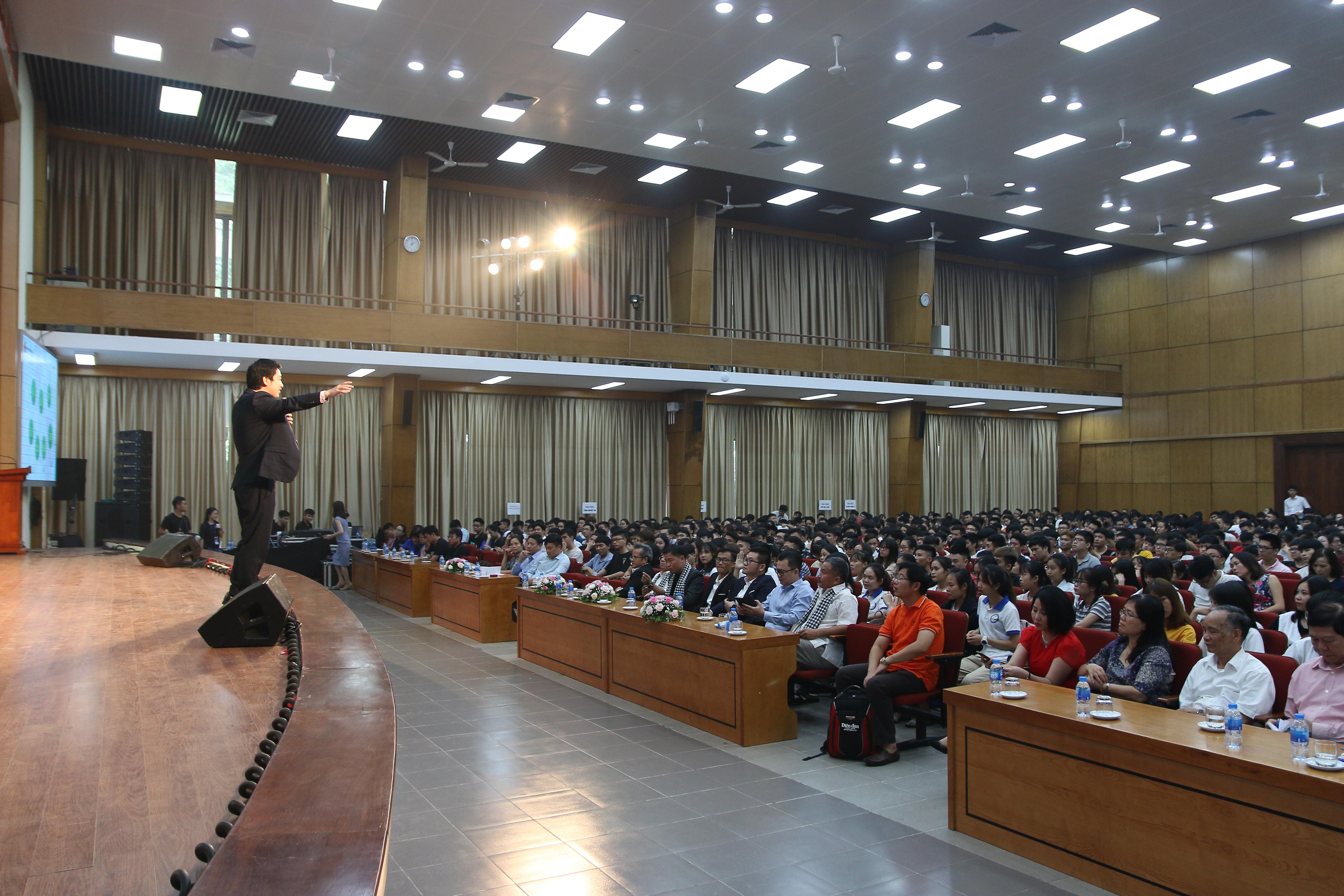 """Tổng giám đốc Novaedu  nhắn nhủ: """"Khi bạn nhận một công việc, một nhiệm vụ từ nhà trường, hội nhóm, gia đình, hay của một doanh nghiệp thì bạn hãy nỗ lực hết mình""""."""